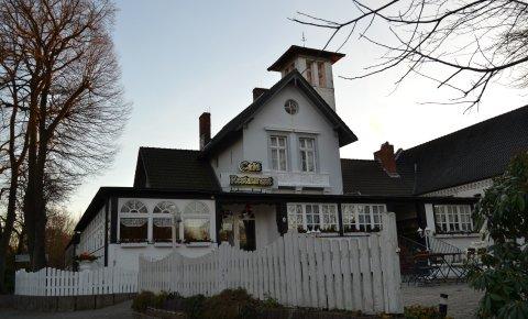 """Ein weißes Haus mit der Aufschrift """"Café, Restaurant"""", im Vordergrund ein Holzzaun; Quelle: MDR/privat"""