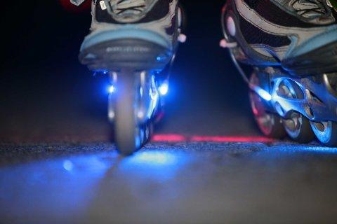 Beleuchtete Inline-Skates auf dem Asphalt