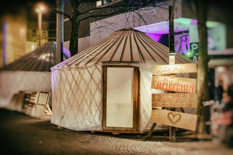 Eines der weißen, runden Zelte bei den Lichtern der Neustadt