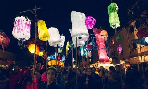 Laternenumzug im Rahmen des internationalen Erzählfestivals Feuerspuren (Foto: Kultur vor Ort e.V.)