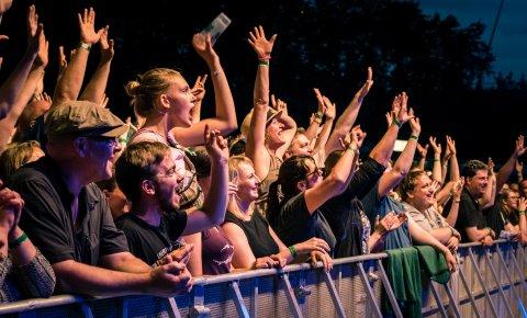 Feiernde Besucher auf dem Müssen Alle Mit Festival