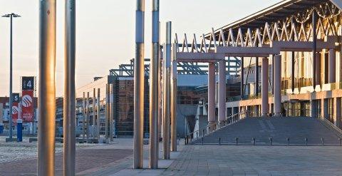 Ein Sonnenuntergang am Messegelände Bremen. Rechts sind Halle vier und fünf zu sehen.