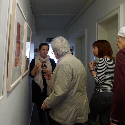 Die Künstlerin erklärt die Bedeutung ihrer Bilder