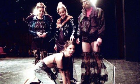 Schauspielerinnen auf einer Bühne