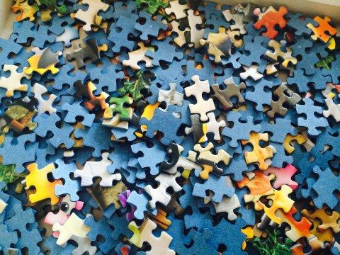 Ein Haufen ungeordneter Puzzleteile; Quelle: WFB/bremen.online