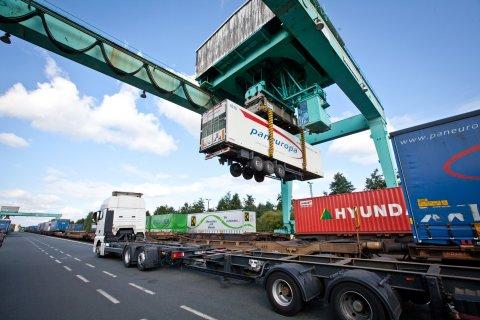 Container werden auf LKW geladen