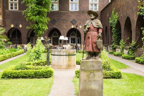 Pilgerstatue im Innenhof des St.-Petri-Doms.