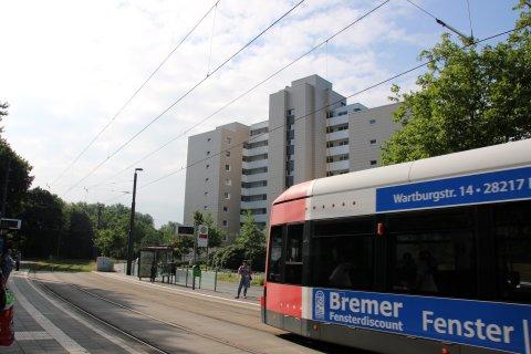 Eine Straßenbahn fährt durch den Ortsteil Tenever