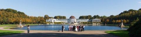 Eine Hochzeitsgesellschaft posiert für ein Foto vor dem Parkhotel.