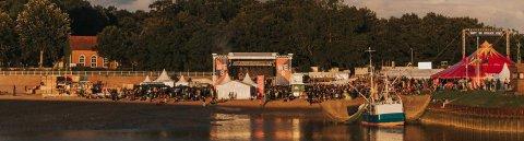 Das Watt En Schlick Festival am Nordseestrand. Mit zwei Bühnen und einem Fischkutter.