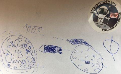 Eine mit Kuli gezeichnete Kinderzeichnung von einer Rakete, die vom Mond zur Erde fliegt.Rechts klebt ein runder Sticker eines Astronauten, der winkend und die Bremer Speckflagge in der Hand haltend auf dem Mond steht. Über ihm steht in schwarzer Schrift: Sternstunden 2018, unter ihm Raumfahrtjahr Bremen.