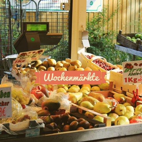 Ein Marktstand voller Obst