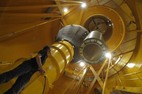 Ein Mitarbeiter des Zentrums für angewandte Raumfahrttechnik und Mikrogravitation (ZARM) zieht in der Fallturm-Röhre eine Versuchskapsel hoch.