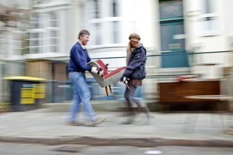 Zwei Personen tragen einen Sessel (Quelle: WFB Wirtschaftsförderung Bremen GmbH/T. Vankann)