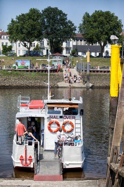 Mit der Sielwallfähre von Hal över geht's in Minutenschnelle vom einen zum anderen Weserufer.