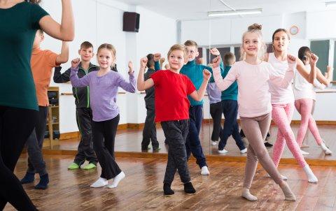 Kinder tanzen in einem Tanzstudio.