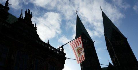 Die Speckflagge von Bremen hängt am Rathaus, der Dom ist auch zu sehen.