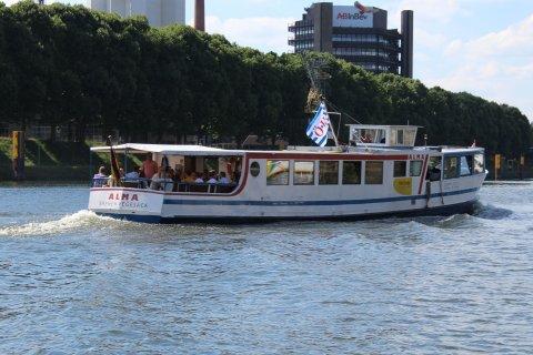 Ein Schiff auf der Weser und im Hintergrund eine Brauerei