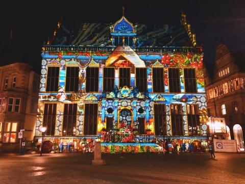 Der Schütting in der Bremer Innenstadt ist bunt beleuchtet.