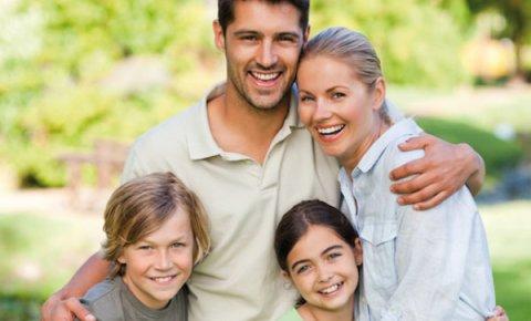 Eine lachende Familie (Quelle: Agentur für Arbeit Bremen-Bremerhaven)
