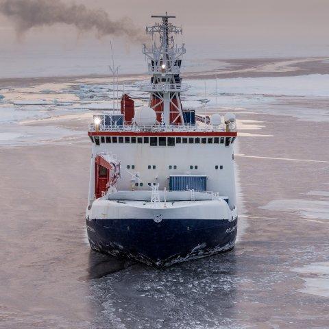 Das deutsche Forschungsschiff Polarstern in der zentralen Arktis, Aufnahme von der Sommer-Expedition 2015