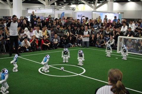 Fußball-Roboter bei einem Spiel mit Publikum