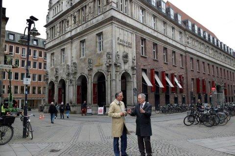 Bürgermeister Sieling und Unternehmer Jacobs stehen vor dem Kontorhaus am Markt