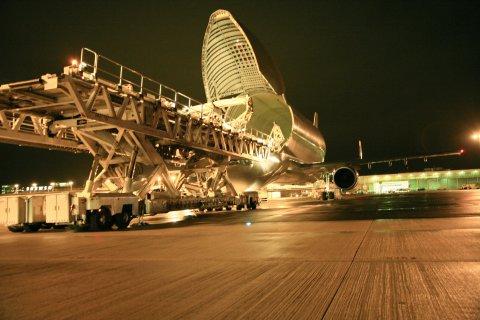 Transportflugzeug Beluga am Flughafen Bremen - Verladung von Tragflächen für die Airbustypen A330 und A340