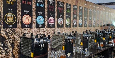 """Zu sehen ist """"Bremens längster Tresen"""" mit einer Auswahl an verschiedenen Bieren aller Brauarten."""