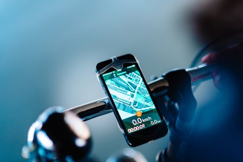 Am Lenkrad befestigtes Handy zeigt die Bike Citizens App