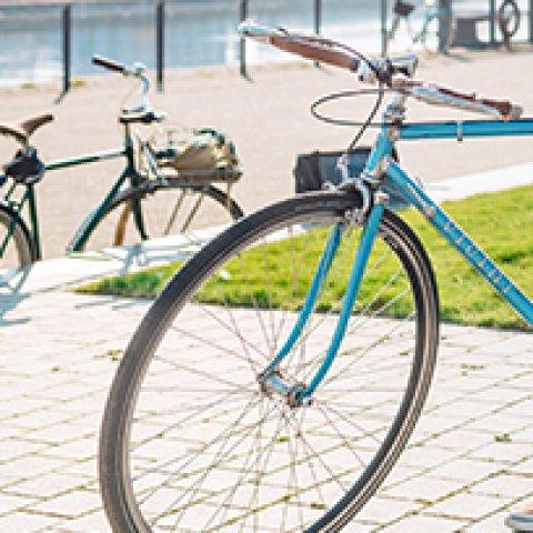 Zwei Fahrräder stehen draußen