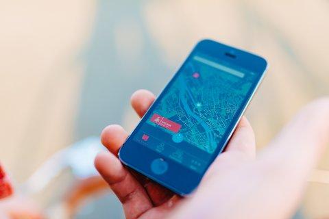 Handy zeigt die Karte der App