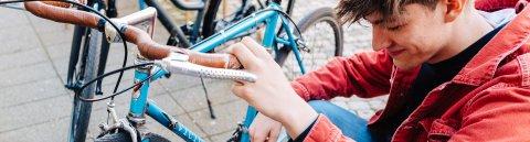 Zwei Menschen reparieren ein Fahrrad