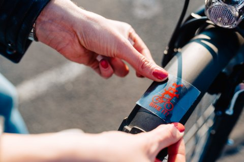 Ein Sticker mit dem BIKE IT! Logo wird an ein Fahrrad befestigt