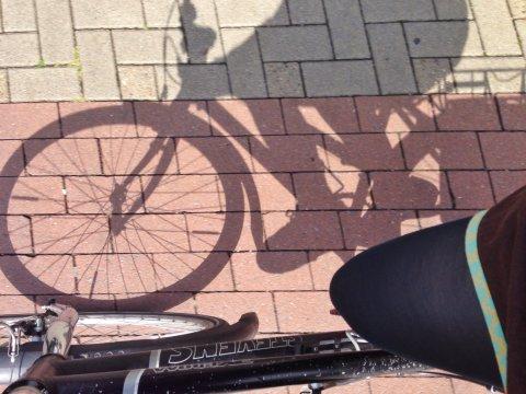 Radfahrerschatten auf dem Weg