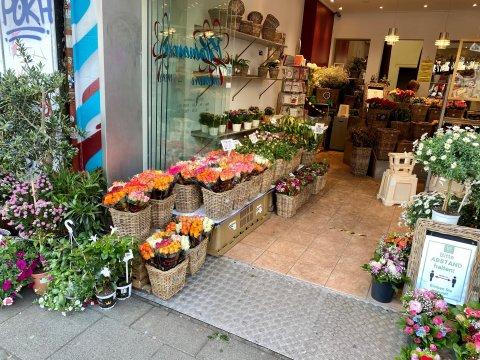 Der Blick in den Laden. An der linken Seite stehen verschiedene Blumenbouquets.