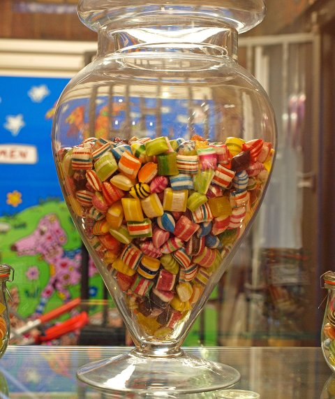 Glas voller Bonbons in der Böttcherstraße