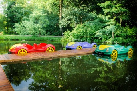 Tretboote in bunter VW Auto-Optik auf dem Wasser.