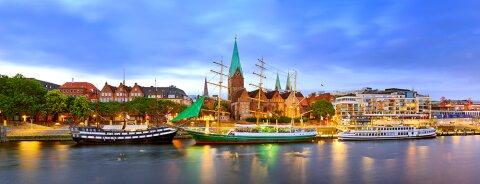 Drei Schiffe an der Weserpromenade Schlachte in einer schönen Abenstimmung