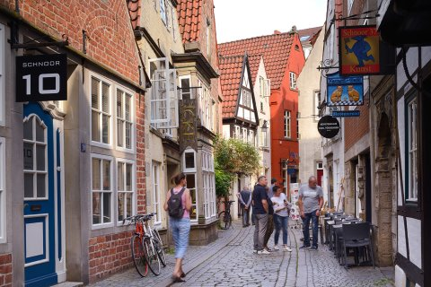 Menschen schlendern und schauen in der historische Altstadtgasse Schnoor