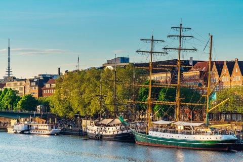 Blick auf Schiffe an der abendlichen Weserpromenade Schlachte - vorne sind die Admiral Nelson und die Alexander von Humboldt zu sehen.