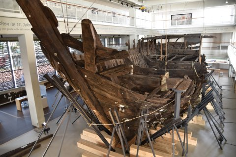 Hölzerne Überreste der Bremer Kogge, einem Bremer Handelsschiff aus dem Mittelalter.