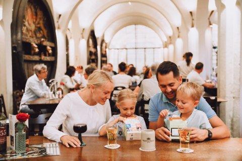 Eine Familie mit zwei Kindern im Ratskeller
