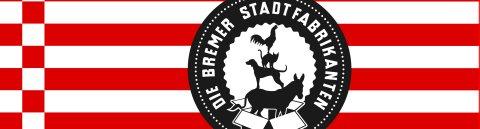 """Zu sehen ist ein rot weiß gestreiftes Logo. Auf den Streifen ist ein schwarzer Kreis zu sehen mit dem Slogan """"Die Bremer Stadtfabrikanten"""" In der Mitte des Kreises sind die Bremer Stadtmusikanten platziert, die in einem Karton stehen."""