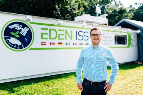 Paul Zabel vor der EDEN ISS
