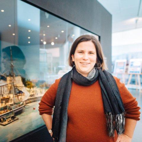 Ein Frau schaut in die Kamera, im Hintergrund ein Schiffsmodell; Quelle WFB/Jonas Ginter