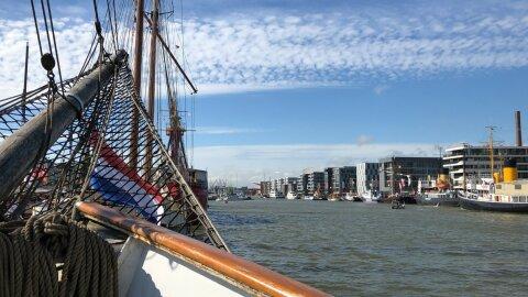Aufnahme des Hafenbeckens vom Bug eines Segelschiffes aus fotografiert.