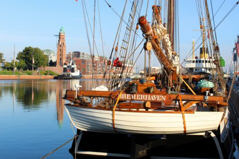 Historisches Schiff im Hafenbecken.