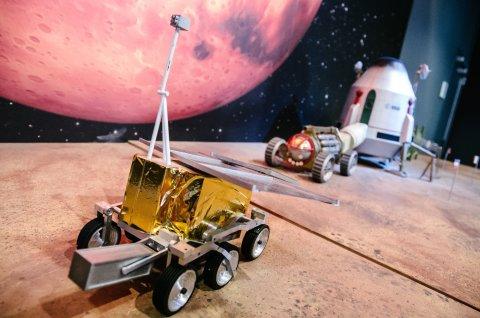 Modell eines Marsfahrzeuges bei Airbus in Bremen, das während einer Raumfahrt-Führung zu sehen ist