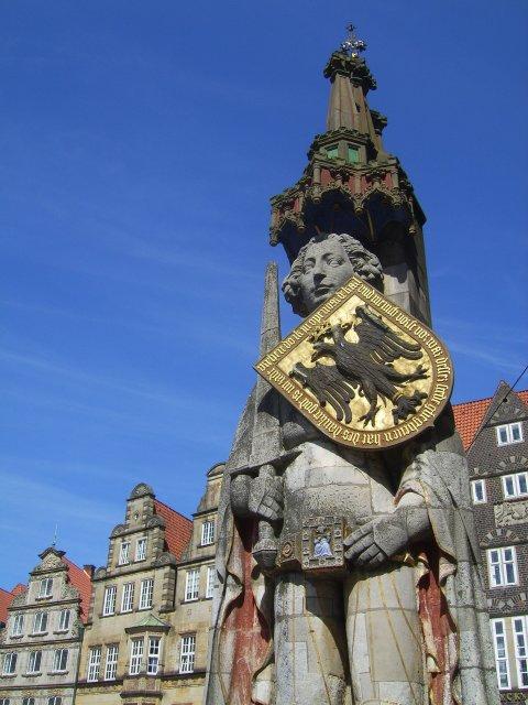 Roland-Statue auf dem Marktplatz vor historischen Giebelhäusern